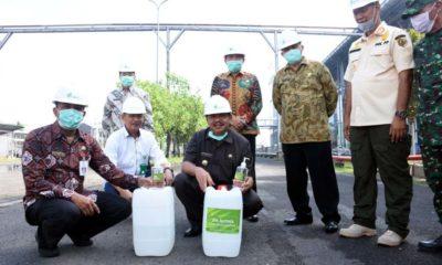 Bupati dan jajaran, bersama Direktur Utama PT. Enero menunjukkan cairan disinfektan dan cairan hand sanitizer