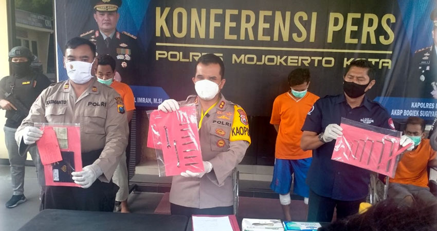 Kapolresta (Tengah) didampingi Kasat Reskrim (Kiri) danKasubag Humas (Kiri), memamerkan BB yang berhasil disita Polisi dari tangan para pelaku
