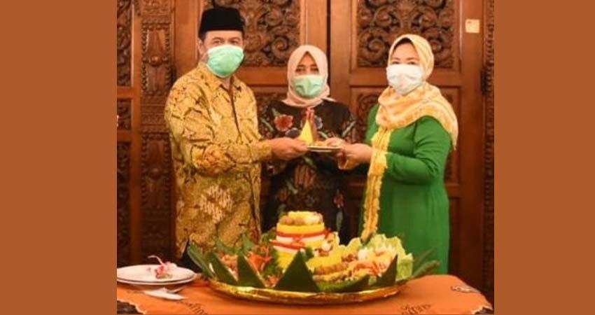 Potongan Tumpeng: Bupati (Kanan) didampingi Istri (Tengah) menyerahkan potongan tumpeng kepada Ketua DPRD Kabupaten Mojokerto (kanan)