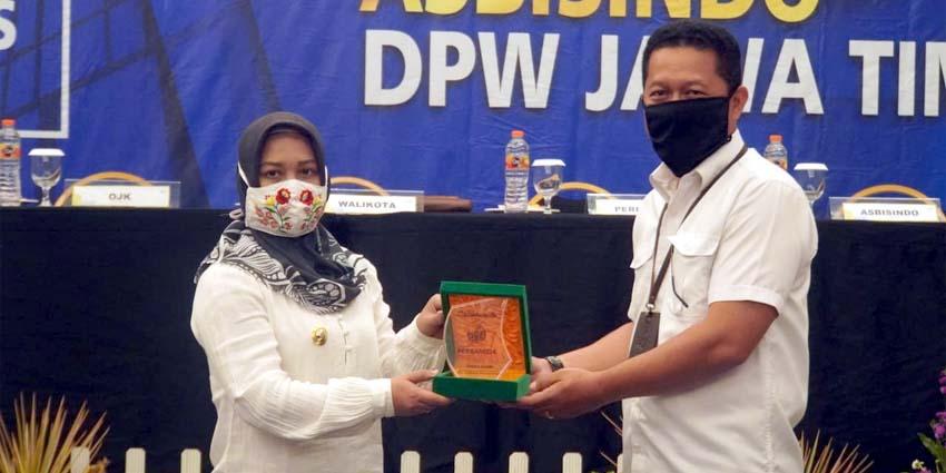 Cinderamata: Walikota memberikan cinderamata kepada Kepala OJK Regional 4 Jawa Timur Bambang Mukti Riyadi