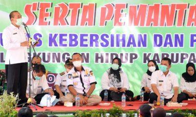 Sambutan: Kepala DLH menyampaikan sambutannya di depan Bupati serta para petugas kebersihan