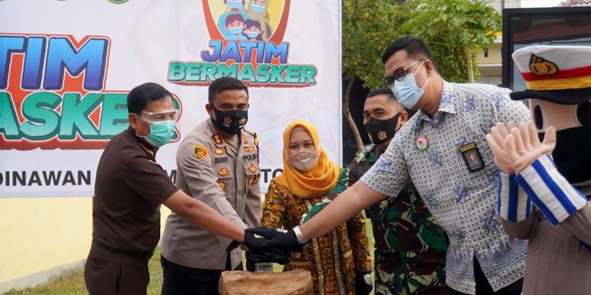 Launching: Walikota bersama Kapolresta Mojokerto, Dandim 0815/Mojokerto serta Kajari Kota Mojokerto melaunching gerakan Jatim Bermasker di Kampung Tangguh Semeru