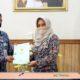 Penyerahan: Wali kota menyerahkan sertifikat kepada Direktur Utama BPRS Kota Mojokerto, Choirudin